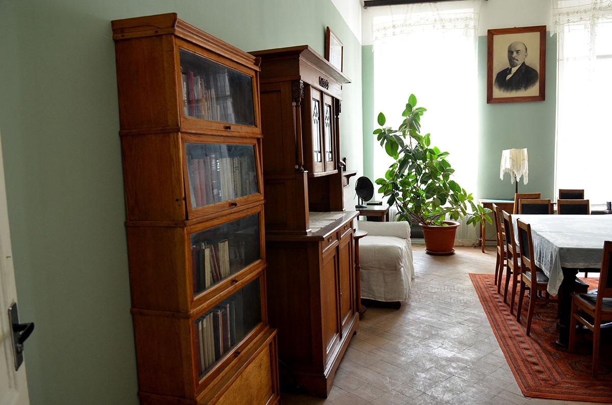 Вторая комната квартиры Островского, просторная гостиная в музее Преодоление. Меблировка незатейлива, но достаточная для приема любых гостей писателя.