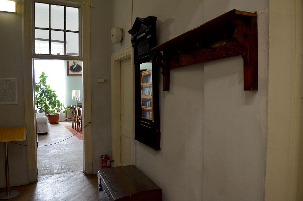 Прихожая мемориальной квартиры Николая Островского, главной составляющей музея Преодоление.
