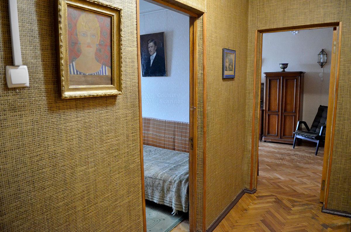 Межкомнатный коридор в мемориальной квартире Святослава Рихтера. Налево расположена спальня великого пианиста, прямо – его личный рабочий кабинет.