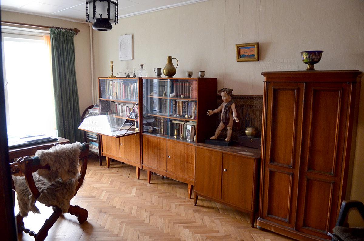 Интерьер рабочего кабинета Святослава Рихтера, который он называл шкафной комнатой. Дорогие хозяину подарки со всего света.