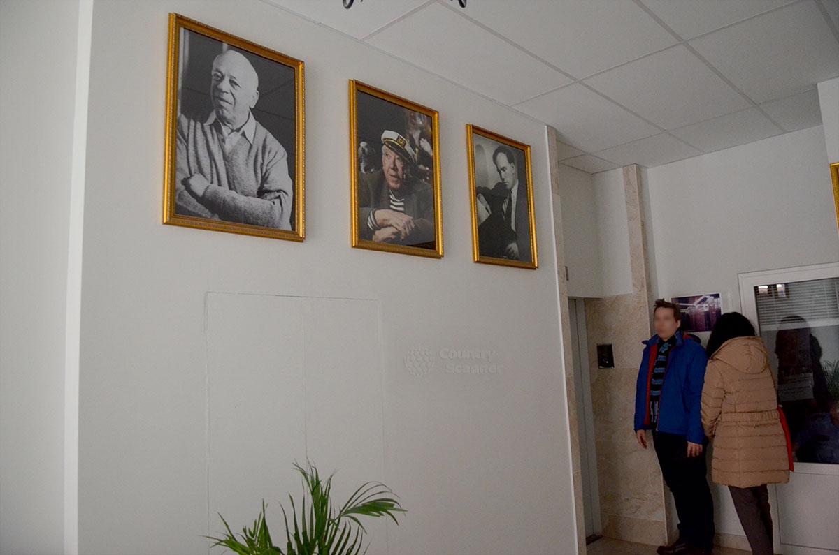 Подъезд московской многоэтажки, в которой на 16-м этаже проживал около 30 лет великий пианист Святослав Рихтер. Его портрет на стене возле лифта находится рядом с изображениями других знаменитых жильцов.