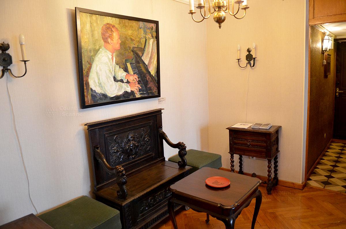 Прихожая мемориальной квартиры Святослава Рихтера. Портрет музыканта в юности написана известной художницей Анной Трояновской, увлекшей пианиста живописным искусством.