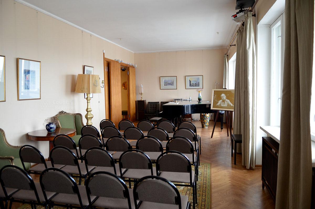 Концертный зал в квартире Святослава Рихтера образован при объединении двух соседних квартир. Для акустики подняты потолки, усилена звукоизоляция для спокойствия жильцов соседних квартир.