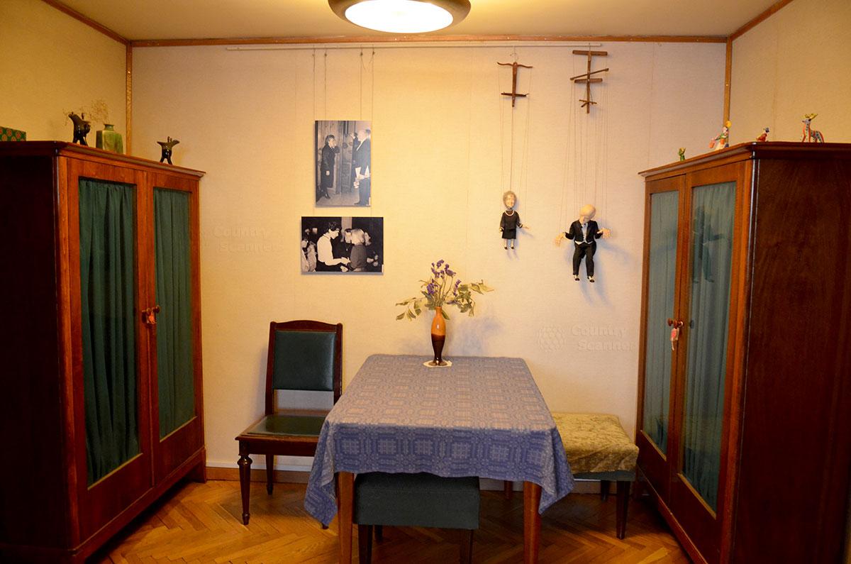 На стене одной из комнат квартиры Святослава Рихтера – кукольные шаржи на хозяина и директора пушкинского музея Ирину Антонову, инициатора рихтеровских фестивалей музыки в ГМИИ.