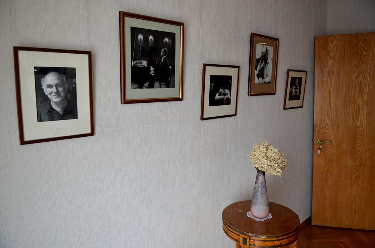 Одно из помещений квартиры Святослава Рихтера отведена под выставку его многочисленных фотографий. Маэстро обладал редкой фотогеничностью облика.
