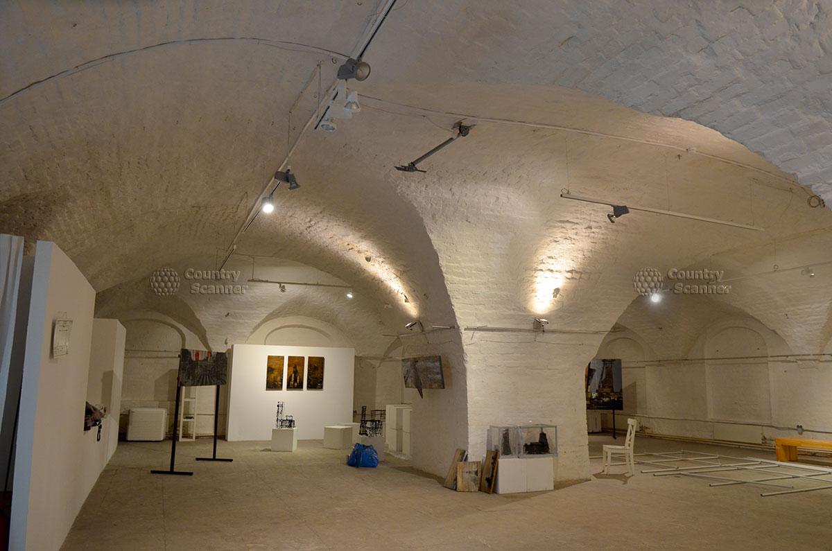 Внутреннее устройство подвального помещения Аптекарского приказа. Зал используется под размещение экспонатов тематических выставок, постоянно организуемых архитектурным музеем.