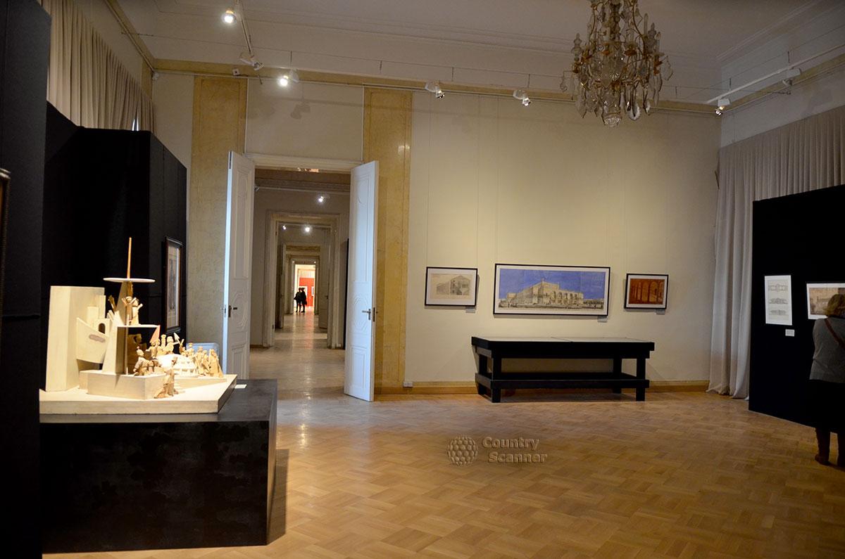 Расположенные в виде анфилады залы архитектурного музея используются для организации тематических выставок. Экспонаты расположены рассредоточено, что удобно для осмотра.