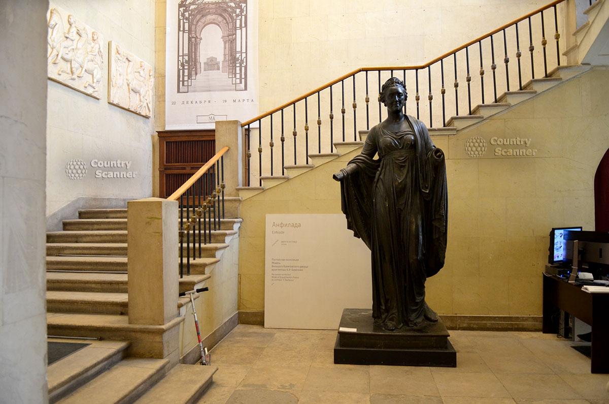 Парадная лестница архитектурного музея, ведущая на второй этаж здания. Барельефы Парфенона – искусно выполненные гипсовые копии оригинальных рельефов древнего храма.