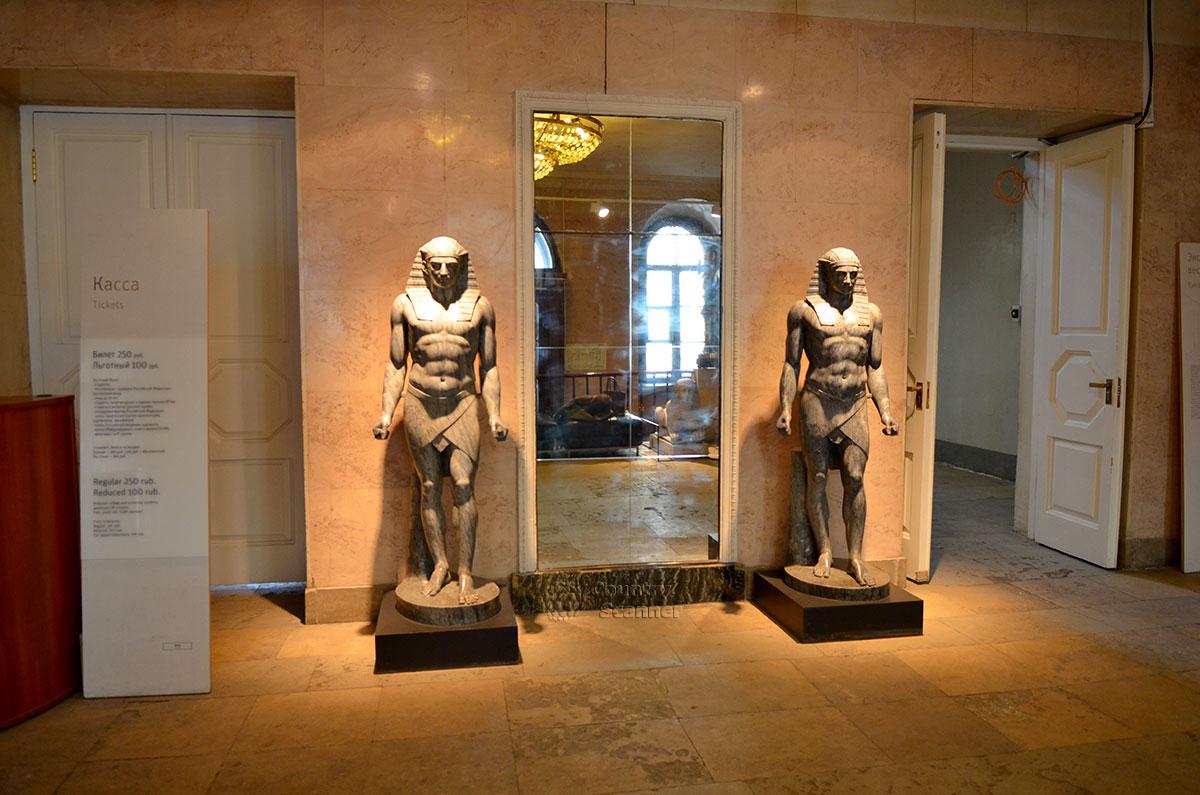 Главный вестибюль архитектурного музея имени Щусева. Фигуры из мрамора изображают древних египетских воинов, встречающих приходящих посетителей.