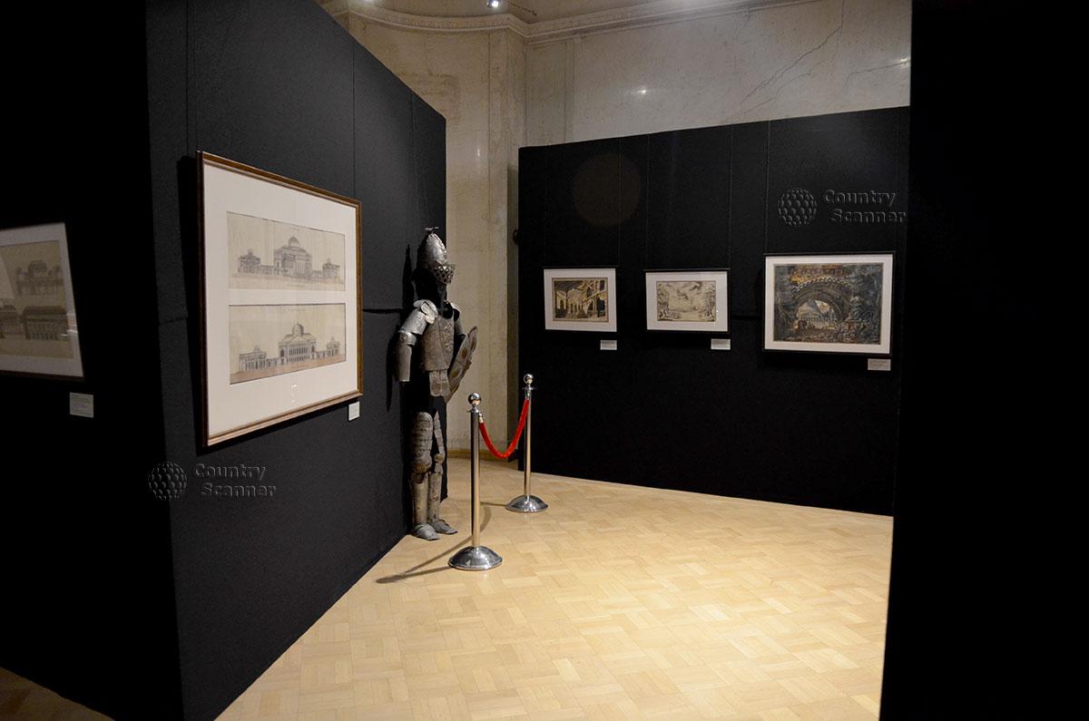 Рыцарские доспехи в интерьере зала архитектурного музея. Исторический экспонат позволяет временно переключить внимание посетителей, разнообразя впечатления.