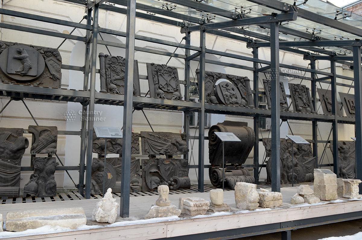Запасник реставрационной мастерской архитектурного музея на стеллажах под укрытием от осадков. Барельефы и другие детали могут использоваться в ремонтируемых объектах.