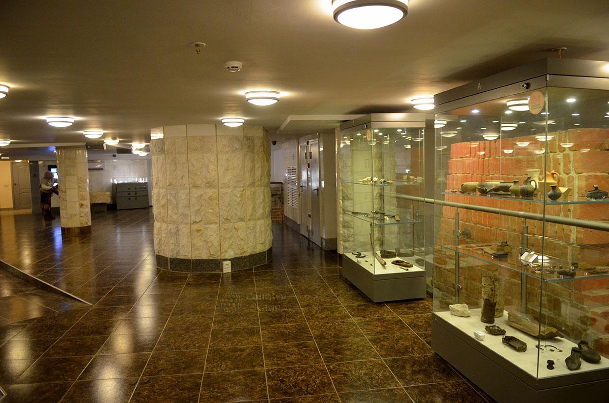 Общий вид одного из экспозиционных залов музея архитектуры Москвы. Грамотно организованное искусственное освещение компенсирует отсутствие солнечного света.