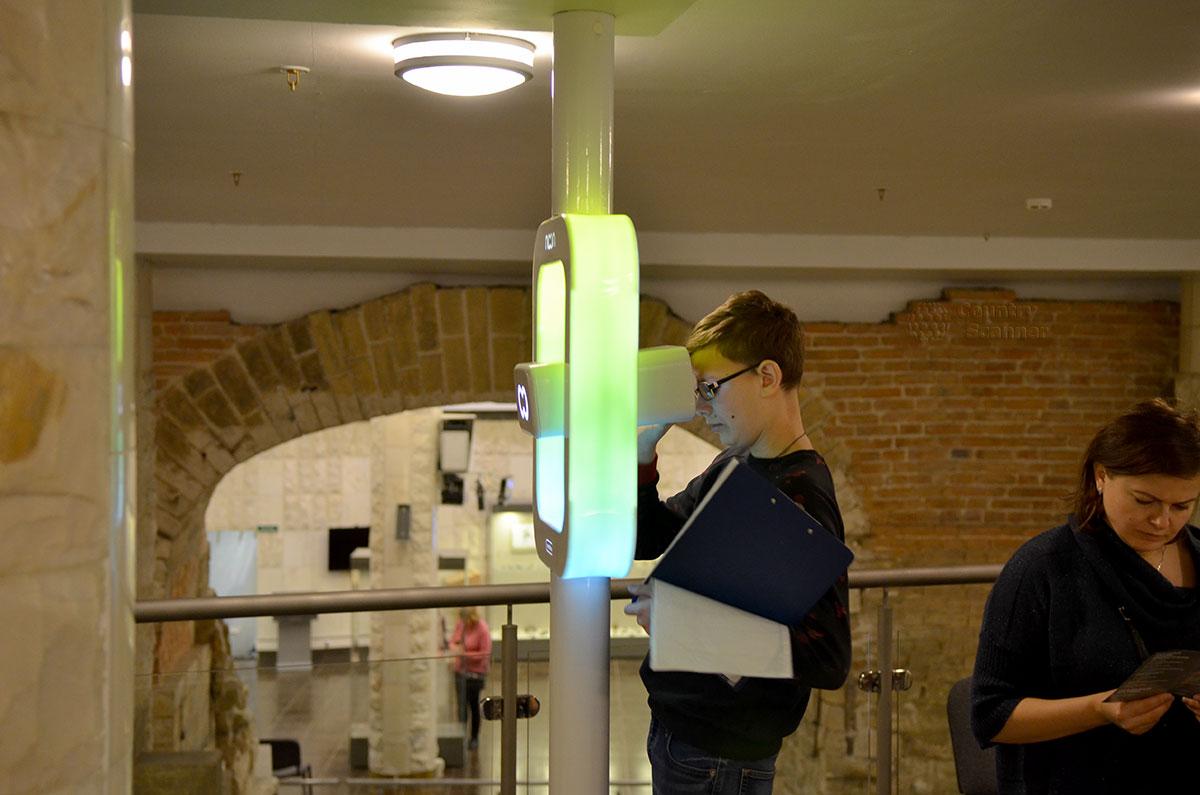 Обзорное устройство древнего облика прилегающей территории в музее археологии Москвы. Похожий на перископ подводной лодки, бинокуляр привлекает посетителей всех возрастов.