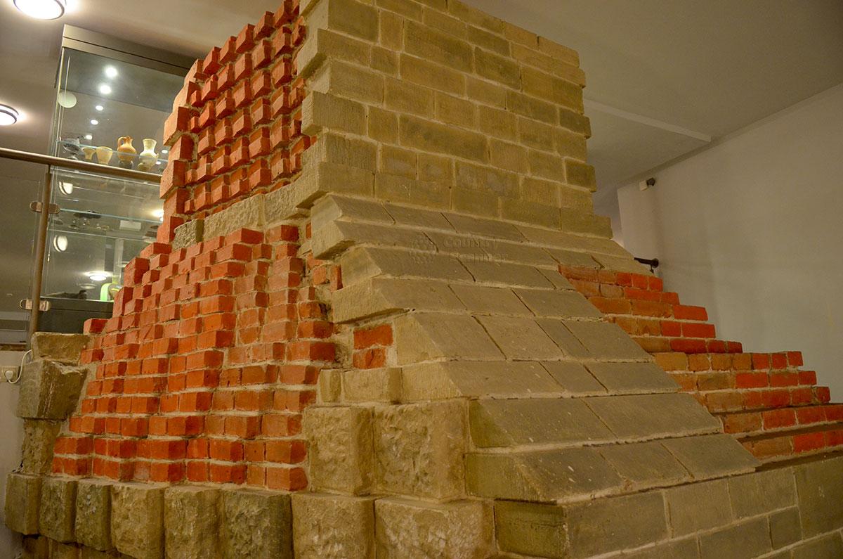 Макет устройства кладки устоев Воскресенского моста, выполненный в натуральную величину. Этот экспонат музея архитектуры Москвы демонстрирует все материалы, примененные при строительстве.