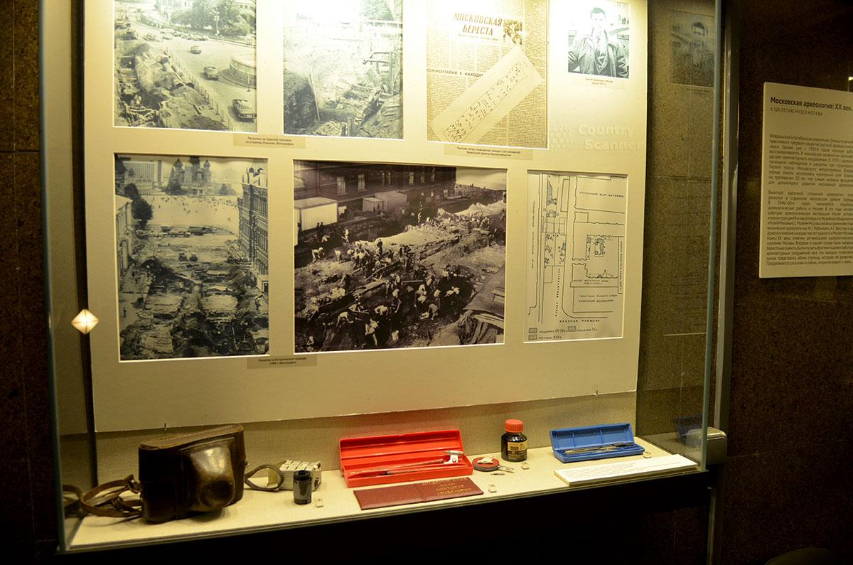 Стенд на входе в музей архитектуры Москвы, рассказывающий об истории раскопок на прилегающей территории. Представлены фотографии и газетные публикации, схема раскопок и личные вещи археологов.