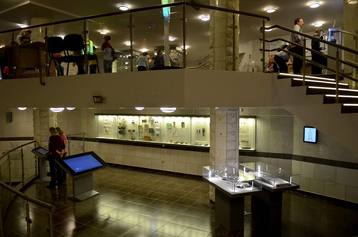 Общий вид заключительного зала музея археологии Москвы. Интерактивные мониторы особенно популярны среди малолетних посетителей.