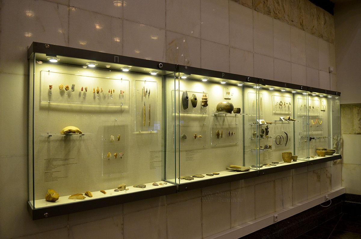 Хронологическая витрина в музее археологии Москвы. Здесь экспонаты сгруппированы по принципу принадлежности к определенной исторической эпохе.