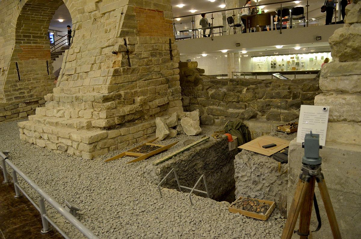 Инсталляция археологического раскопа с применяемыми инструментами для земляных работ и маркшейдерских замеров. Один из самых наглядных экспонатов музея археологии Москвы.