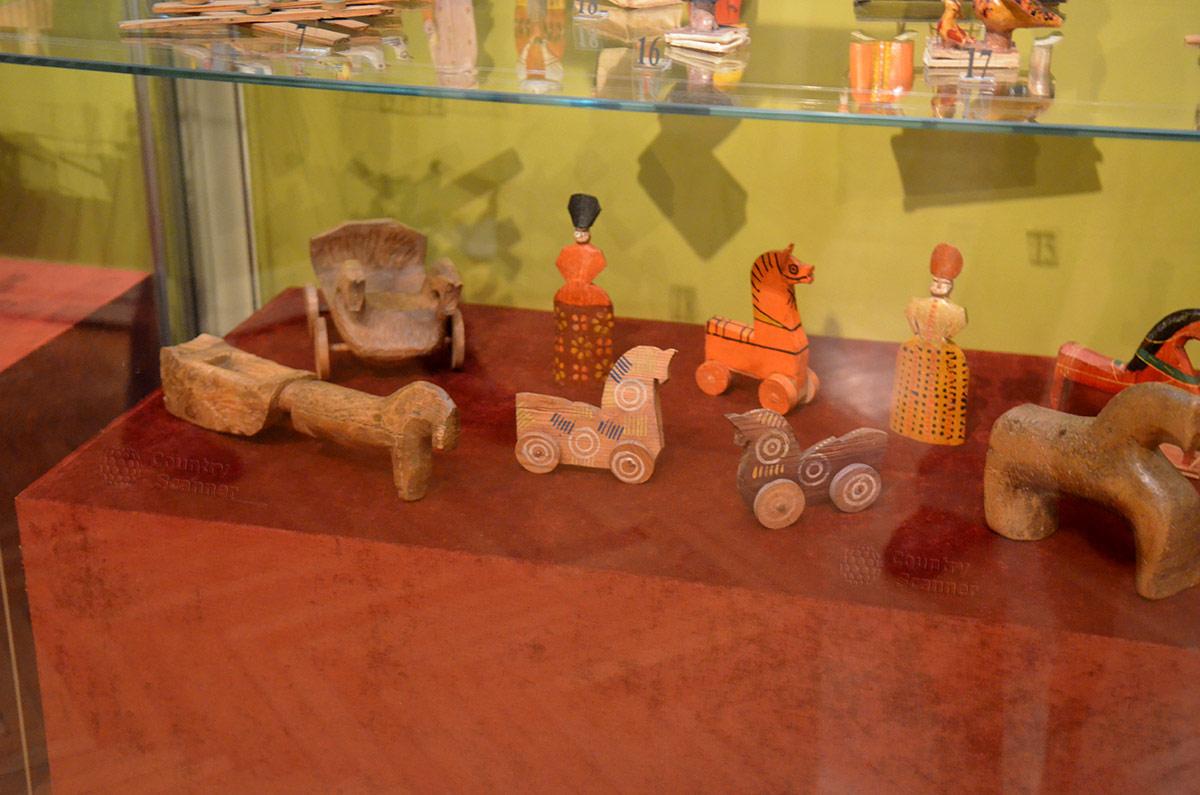 Свои манеры выполнять игрушки и куклы из дерева существовали в разных регионах России. Многие типы представлены в музее декоративно-прикладного и народного искусства.