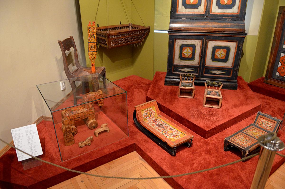 Музей декоративно-прикладного и народного искусства демонстрирует вещи для ухода за детьми и их развлечения.