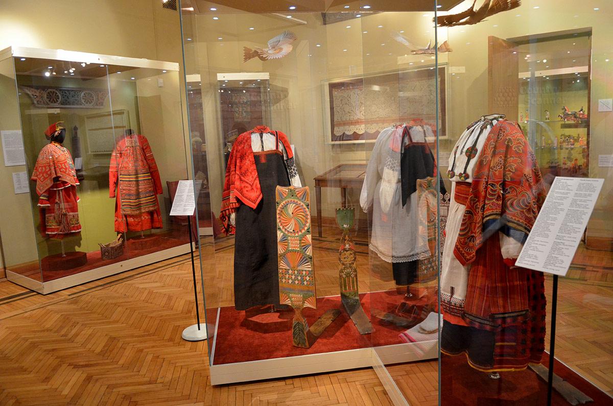 Музей декоративно-прикладного и народного искусства имеет обширную подборку народной женской одежды, от повседневной до праздничной.