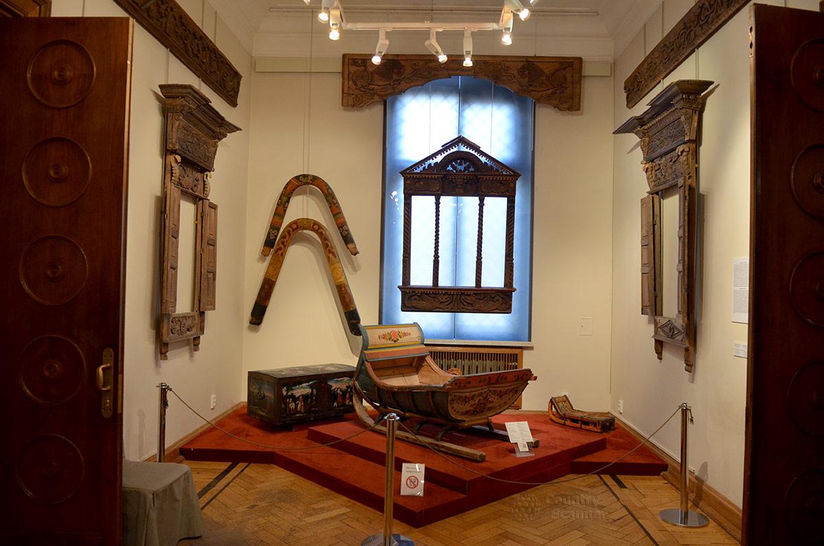 Образцы деталей оформления деревянных домов в музее декоративно-прикладного и народного искусства соседствуют с принадлежностями для езды на лошадях.