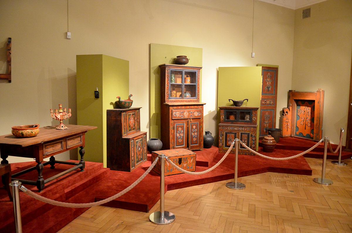 Мебель крестьянского семейства в музее декоративно-прикладного и народного искусства. Обыденные вещи тоже старались украшать народным орнаментом.