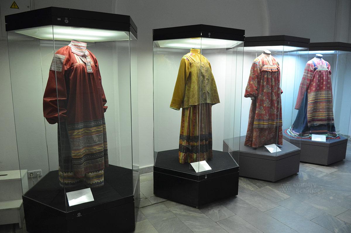 Парадная женская одежда представительниц обеспеченных сословий в музее декоративно-прикладного и народного искусства.