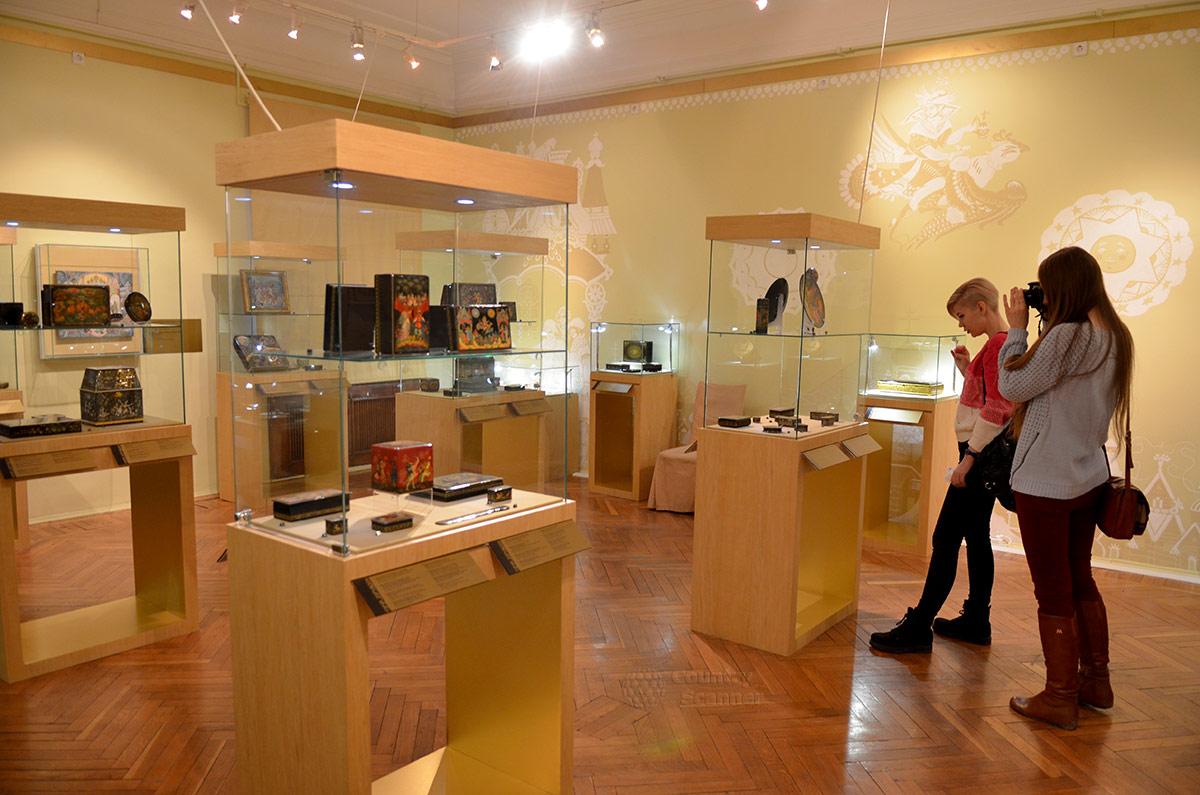 Посетители музея декоративно-прикладного и народного искусства охотно фотографируют экспонаты зала лаковой живописи.