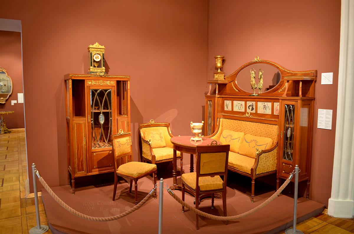 Полноценный гостиный гарнитур выставлен в одном из залов музея декоративно-прикладного и народного искусства. Мастер использовал узорное стекло для дверок обеих предметов комплекта.