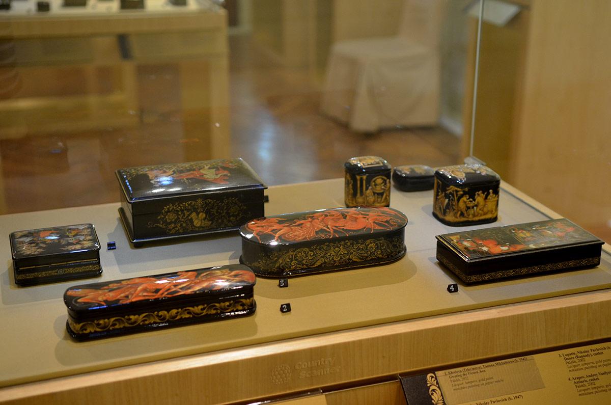 Элегантные образцы ларцов, шкатулок и табакерок, баночек для чая в музее декоративно-прикладного и народного искусства.