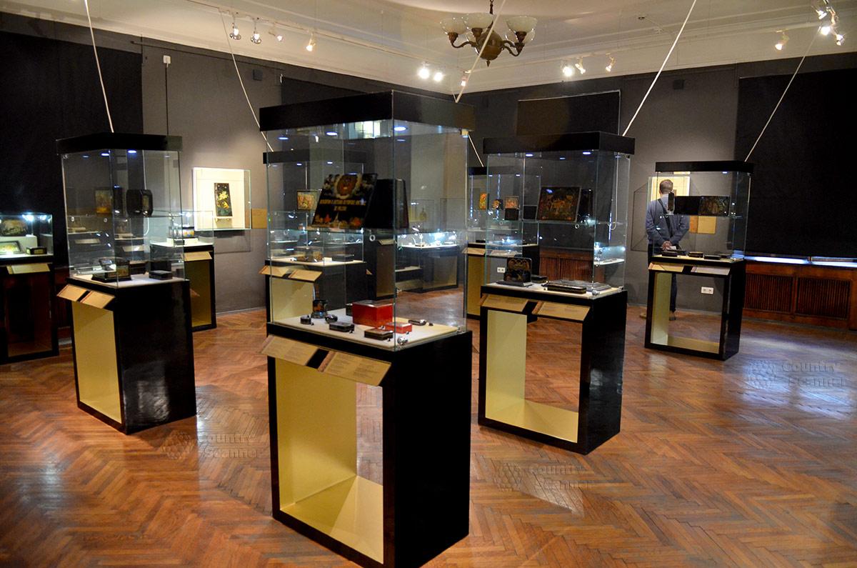 Просторный зал лаковой живописи в музее декоративно-прикладного и народного искусства. Многообразные экспонаты доступны для детального рассмотрения.