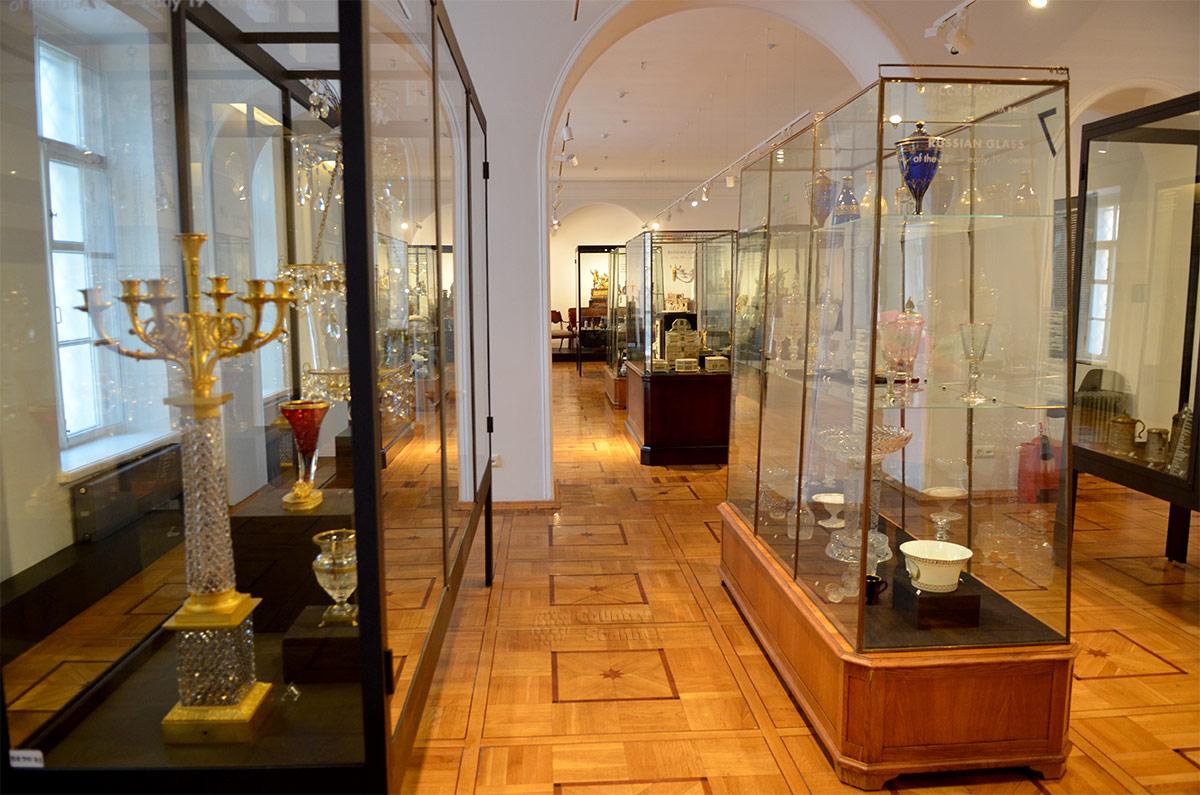 Экспозиция уникальных стеклянных изделий в витринах тематического зала музея декоративно-прикладного и народного искусства. В образцах использовано цветное стекло и разные методы механического нанесения узоров.