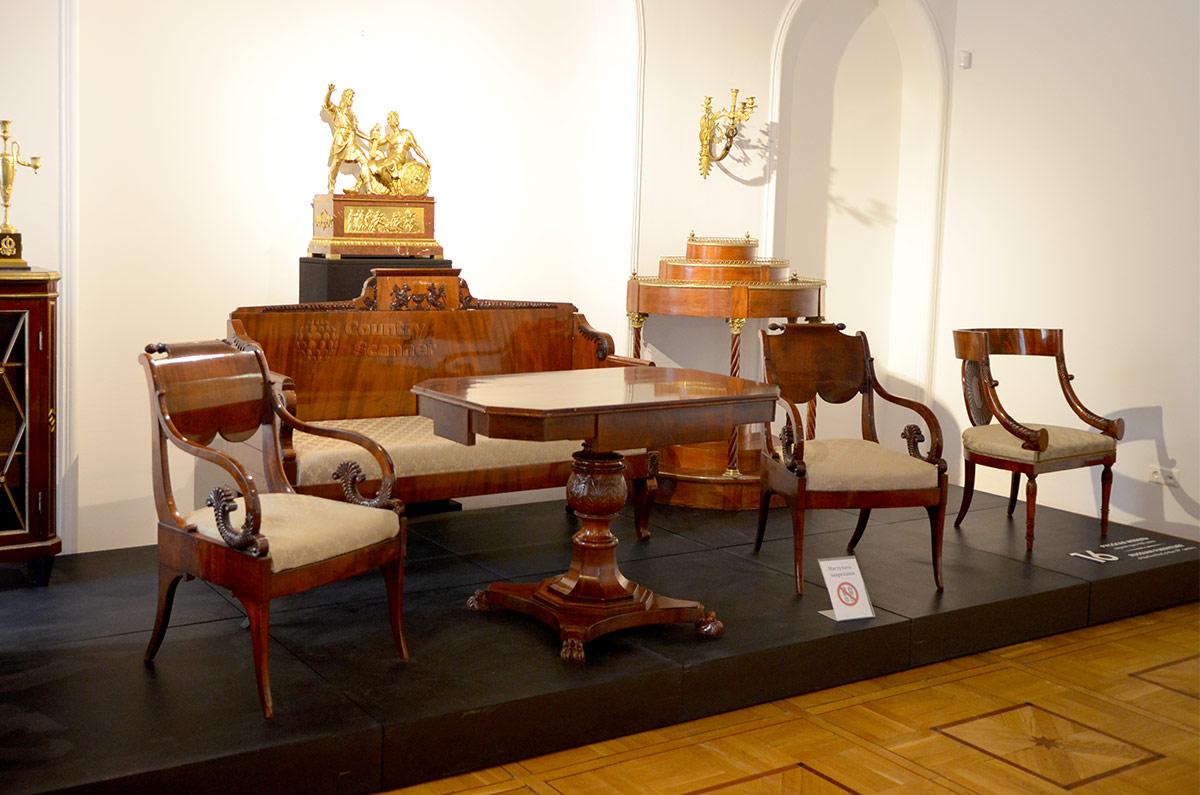 Изысканная мебель демонстрируется в музее декоративно-прикладного и народного искусства как наборами единого стиля, так и отдельные изделия.