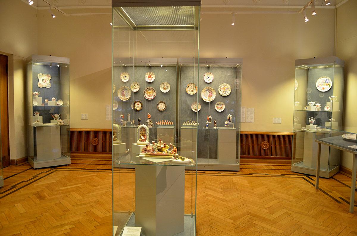 Выставленные в музее декоративно-прикладного и народного искусства изделия из фарфора советского периода выполняли агитационные и пропагандистские функции.