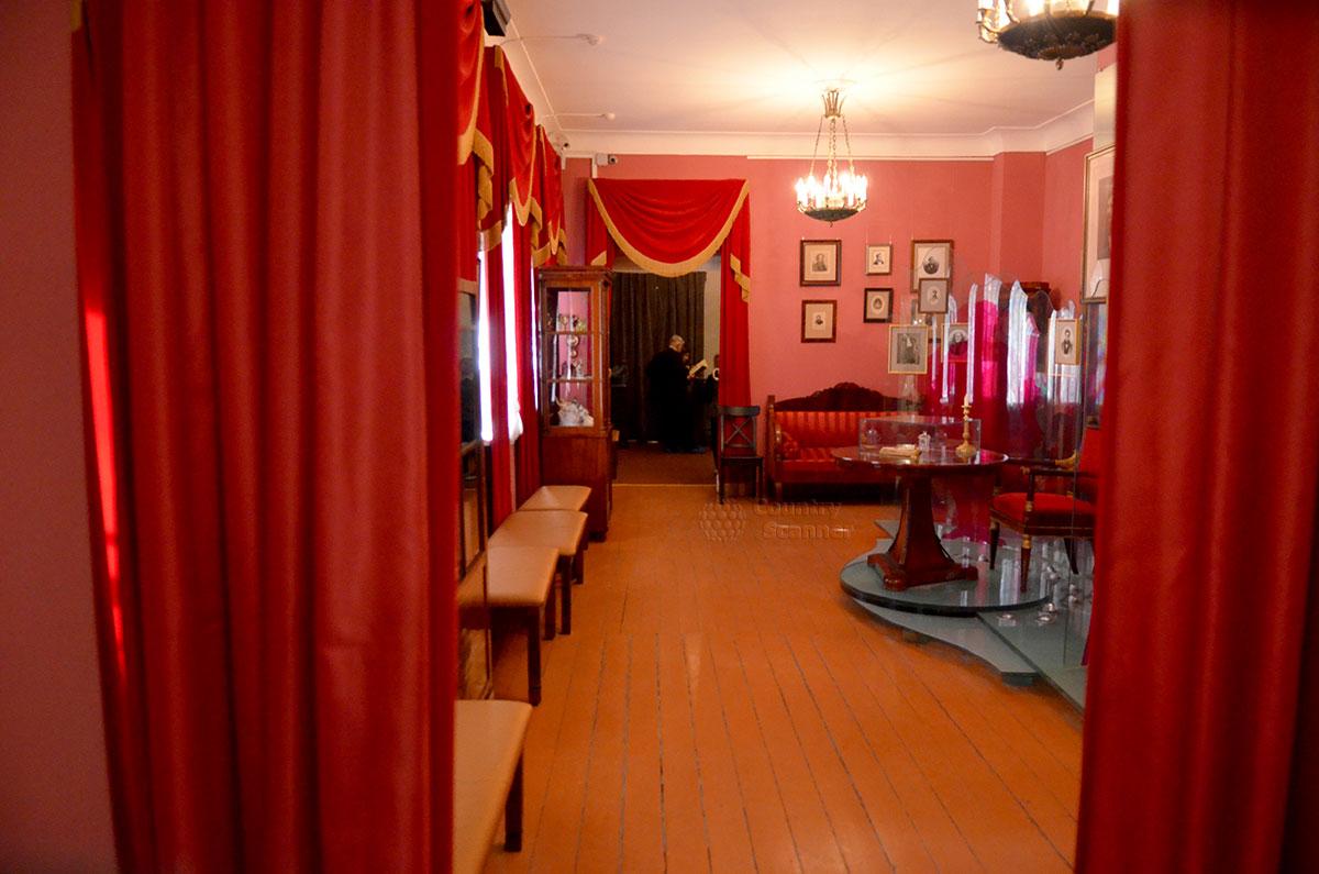 Музей Гоголя, приемная сенатора Толстого, использованная при встрече с актерами Малого театра. Ныне зал посвящен бессмертной комедии Ревизор.