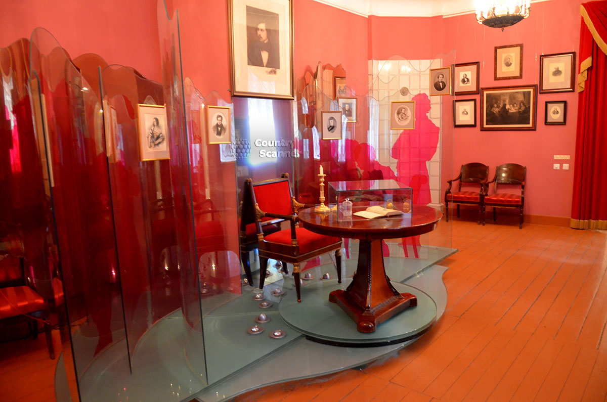 Один из уголков зала Ревизора в музее Гоголя. Портреты автора пьесы и исполнителей ролей в спектакле, вызвавшем недовольство писателя и организацию показательного авторского чтения текста.