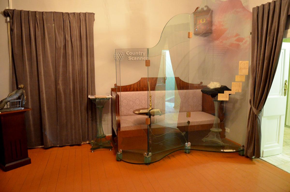 Комната памяти в музее Гоголя, куда он переселился перед кончиной. Место смерти великого писателя, его посмертная маска, снятая скульптором Рамазановым.
