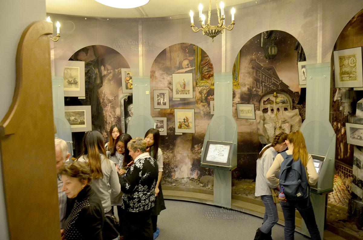 Фантастически оформленный зал Воплощений, самый популярный у молодежи уголок музея Гоголя. На мониторах компьютеров доступны и биография писателя, и истории создания и сюжеты главных его произведений.