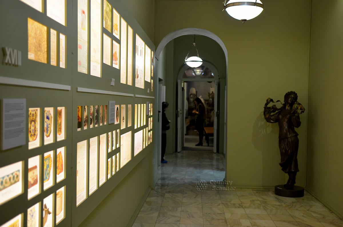 Коридор в музее Гоголя, где в бывших подсобных помещениях расположена только что продемонстрированная экспозиция с изображениями и экспонатами, компьютерами и юными посетителями.