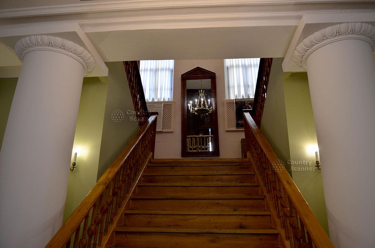 Парадная лестница на второй этаж дворянского особняка, где размещен мемориальный музей Гоголя. Поднимаясь, отражаетесь в старинном зеркале.