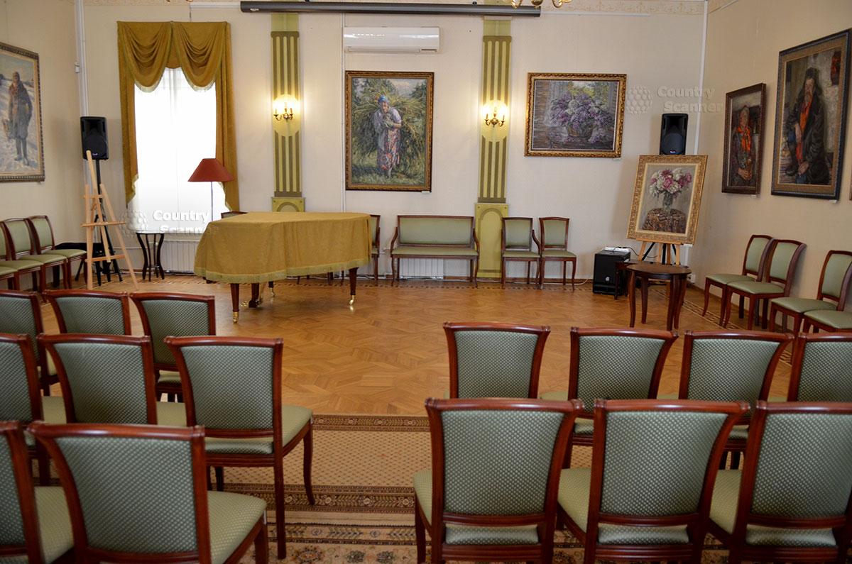Концертный зал на втором этаже музея Гоголя, где проводятся ежегодные международные Гоголевские чтения, лектории, концерты и спектакли.