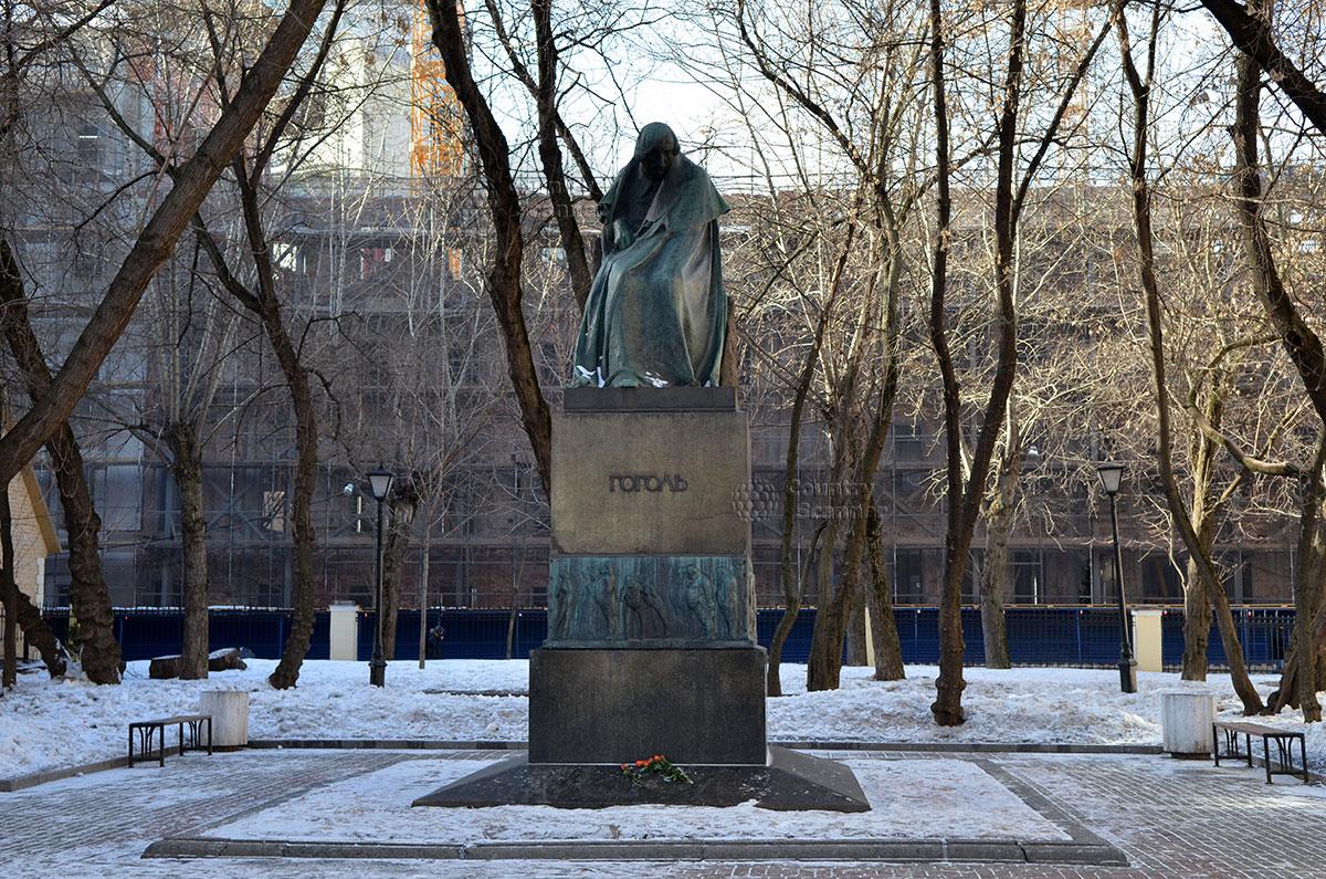 Самый выразительный монумент писателя, расположенный во дворе музея Гоголя. Так выразить в бронзе состояние человека дано не каждому скульптору. На пьедестале барельефы с изображениями литературных персонажей.