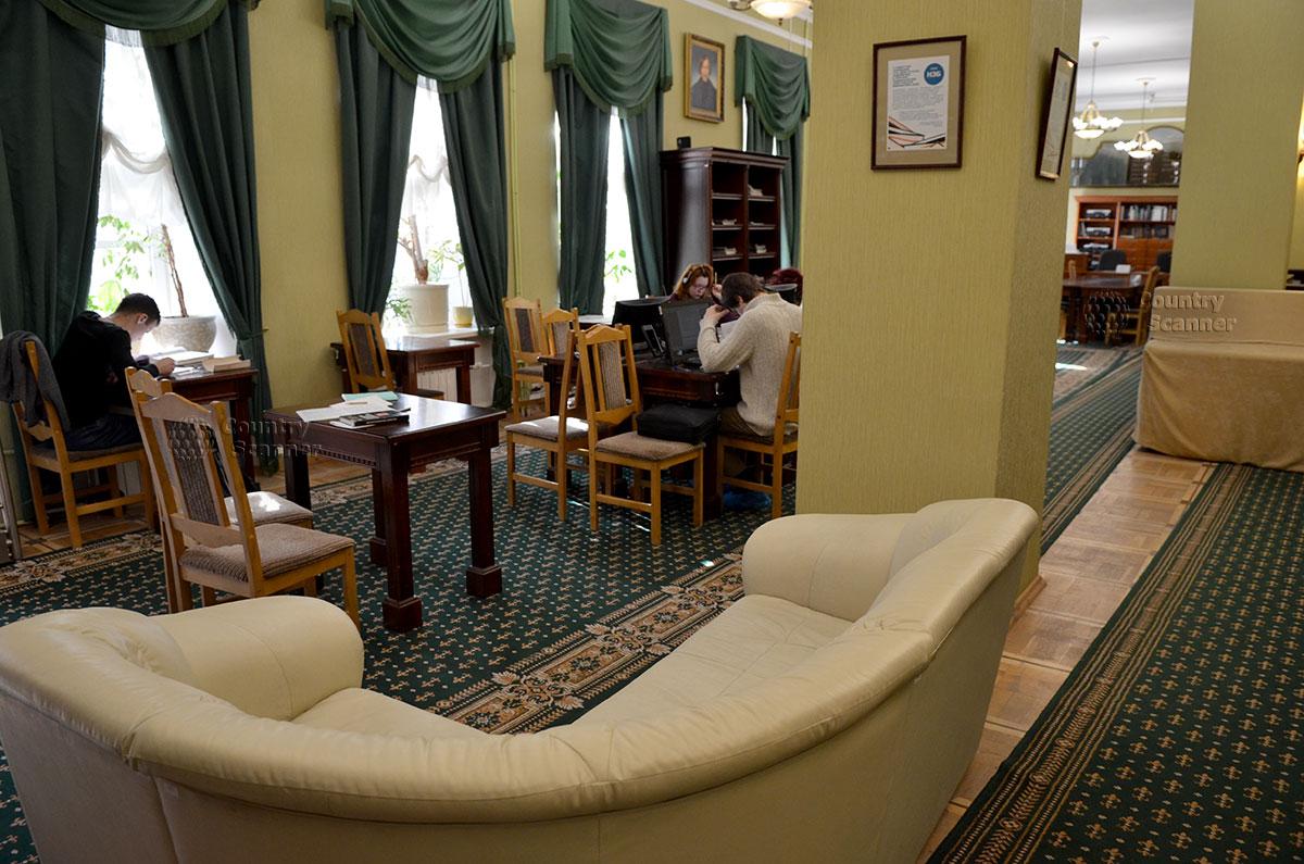 Читальный зал в библиотеке музея Гоголя, располагающий к спокойной и вдумчивой работе с литературными источниками и архивными изданиями.