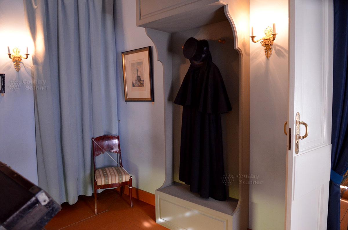 Черный плащ и цилиндр, характерное облачение писателя, в мемориальном музее Гоголя. Расположен музей в месте его проживания в течение 4-х лет перед кончиной.