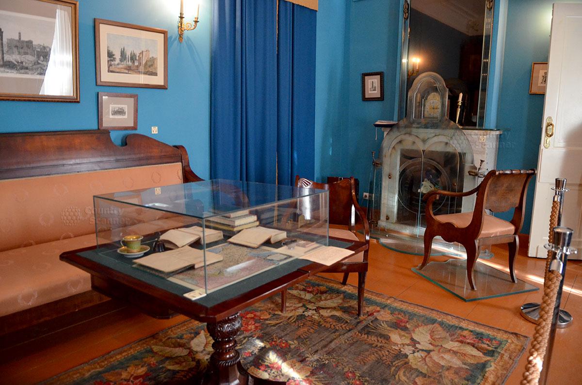 Музей Гоголя, гостиная и ее меблировка. Злополучный камин, поглотивший в своем пламени рукопись второго тома Мертвых душ и другие записи великого писателя.