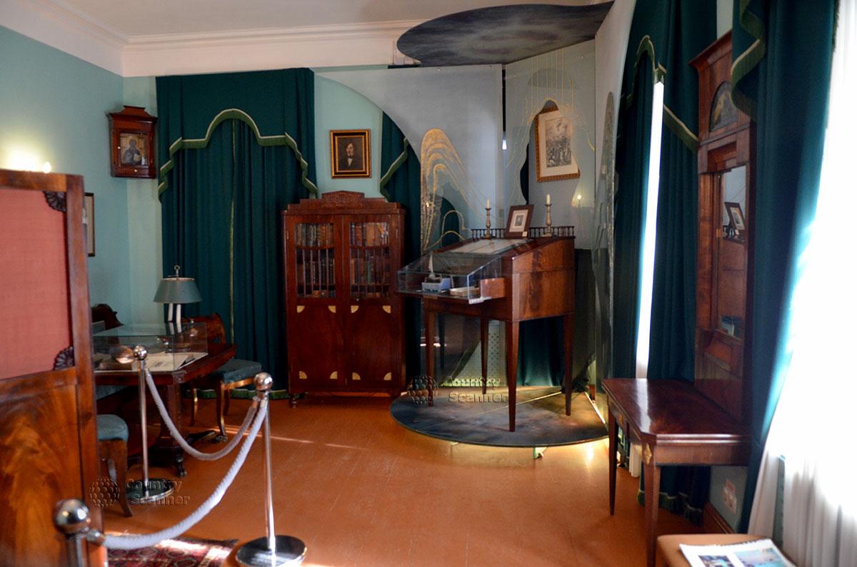 Интерьер рабочего кабинета писателя в мемориальном музее Гоголя. Конторка, за которой Гоголь предпочитал писать , стоя перед портретом почитаемого им Пушкина.