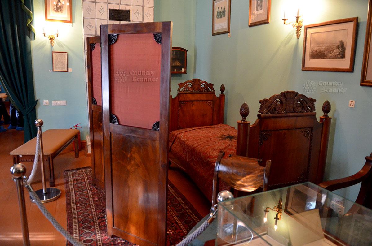 Спартанский характер писателя иллюстрирует его спальное место за ширмой в рабочем кабинете, одном из основных помещений мемориального музея Гоголя.