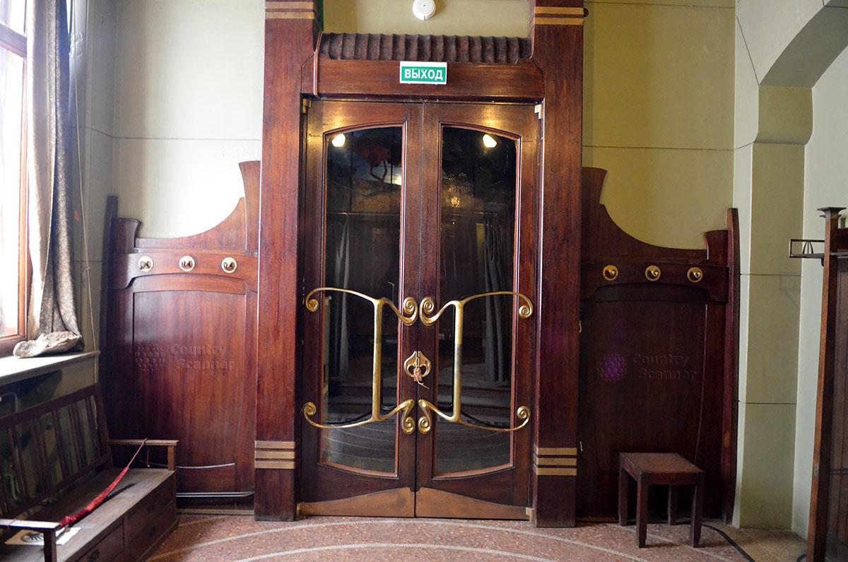 Входные двери и панели на стенах в музее Горького. Привлекают внимание бронзовые ручки, выполненные с использованием стилизованных контуров морских коньков.