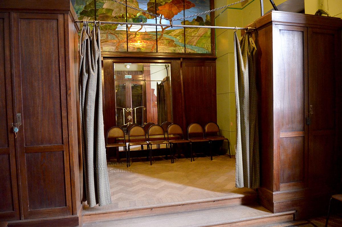 Холл при входе в здание музея Горького, выполняющий функции гардеробной при большом количестве гостей писателя. Витраж с изображением природного вида зрительно увеличивает габариты помещения.